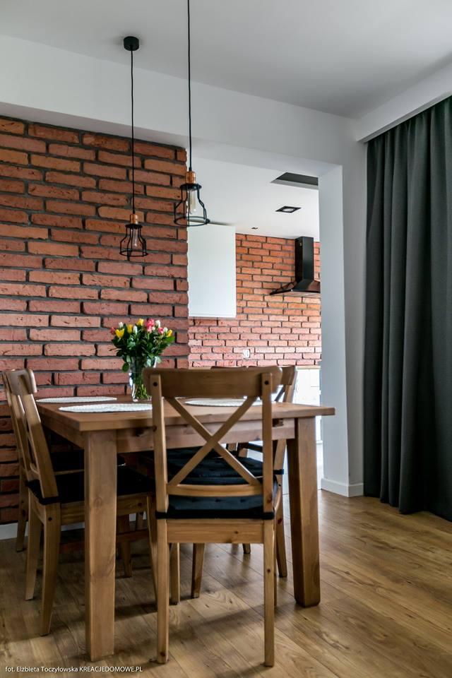 ściana z cegieł w kuchni