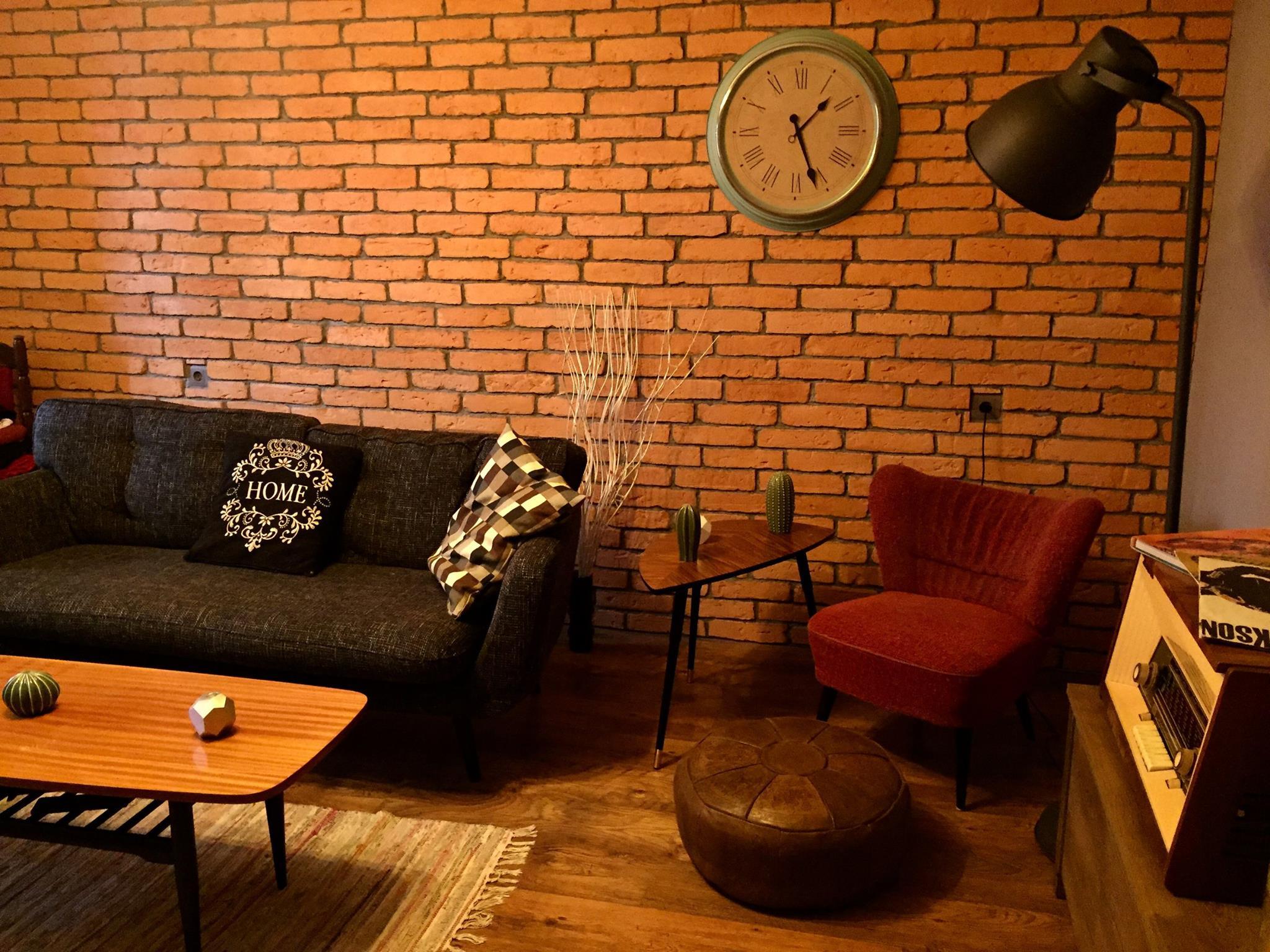 płytki gipsowe na ścianie