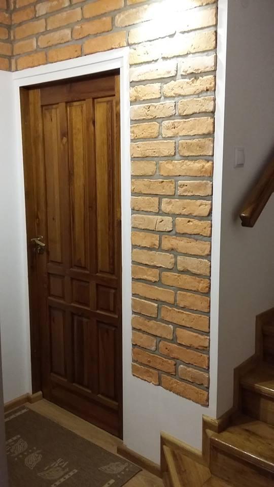 płytki gipsowe wokół drzwi
