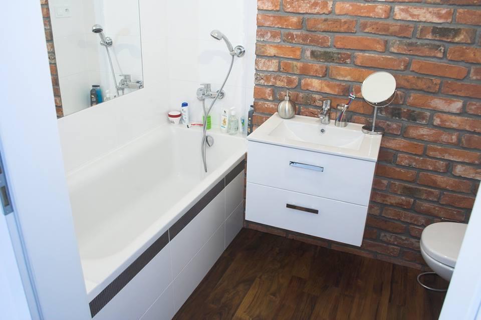 ściana z cegieł w łazience