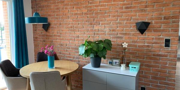 Jakie kolory cegły optycznie powiększą twój pokój
