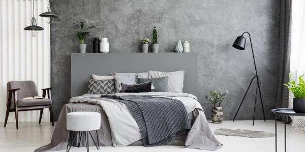 Tynk dekoracyjny z efektem betonu w sypialni - ściana za łóżkiem