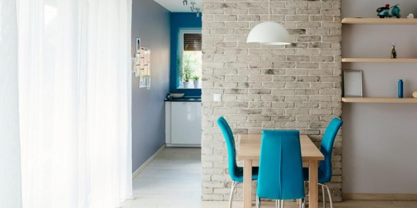 Ceglana ściana w jadalni